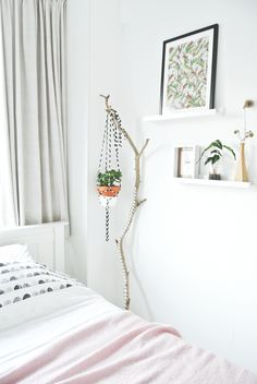 38 ideas for bedroom interior green hanging plants Bedroom Green, Home Bedroom, Bedroom Decor, Interior Inspiration, Room Inspiration, Design Inspiration, Tree Branch Decor, Tree Branches, Small Nightstand
