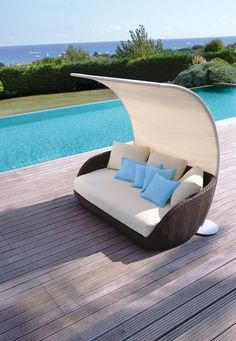 Batyline® #garden #umbrella SAINT TROPEZ by Roberti Rattan | #design Adriano Balutto Associati #outdoor #swimmingpool