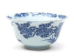 China, Qing dynasty (1644-1911), Kangxi period (1662-1722), c. 1700. 'Blue and white' porcelain. Large, beautiful round porcelain bowl set on a low ring foot. 10.5 x 20.5 cm