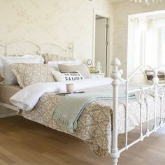 Firenze Baroque #Bedding Set that ornaments #beds with printed leaf pattern turns your bed into a decorative product by combining modern lines and #vintage #style. #stylish #bedroom #homedecor #interiordesign #casualavenue