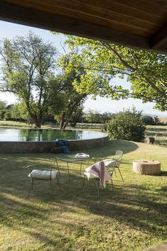 Through a careful restoration, this century-old Karoo farmhouse rediscovers its noble past Farm Gardens, Outdoor Gardens, Outdoor Tables, Outdoor Decor, Rental Property, Dog Friends, Exterior Design, Countryside, South Africa