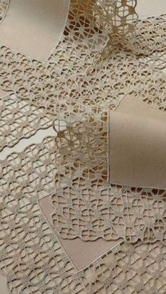 Delight yourself: The beautiful crochet details on the tablecloth - - Crochet Lace Edging, Crochet Motifs, Crochet Borders, Crochet Doilies, Hand Crochet, Crochet Stitches, Free Crochet, Knit Crochet, Crochet Patterns
