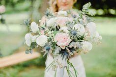 rose, ranunculus and eryngium bouquet http://weddingwonderland.it/2016/06/matrimonio-da-sogno-in-giardino.html