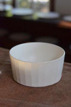 「山本忠正展 ~伊賀今昔~ 白い器と土鍋~」(11/10~22)の5日目。本日ご紹介するのは白い皿と鉢です。伊賀の伝統を引き継ぐ土鍋や土瓶と比べると、この... Glass Ceramic, Ceramic Art, Porcelain Ceramics, Mug Cup, Dog Bowls, Pots, Pottery, Clay, Sculpture