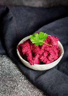 Rote Beete Hummus verfeinert mit Blutorange und Walnüssen. Ein idealer und gesunder Snack mit Gemüse-Sticks oder auch lecker auf Baguette....