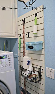 lavanderia organizada con el uso de reja de madera ---------------- Organized Laundry Room using slatewall