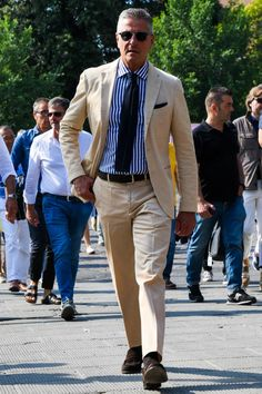 With the days of suits, shirts and office ties coming to an end, it is still possible to look smart and. Gents Fashion, Best Mens Fashion, Suit Fashion, Fashion Photo, Gentleman Mode, Gentleman Style, Stripped Shirt, Herren Outfit, Summer Suits