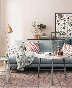 Ofta blir det som ett litet glapp bakom soffan som känns svårinrett och överflödigt. Här är 8 tips på hur det går att använda utrymmet så att det förhöjer rummet.