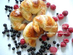 Pyszne, puszyste i z owocami! Najlepsze rogaliki drożdżowe.