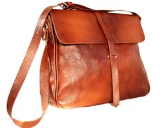 Stylish canvas bag, made of natural leather. Fastened with zipper and magnet. For carrying on shoulder or shoulder. Available in A4 format Color: BRZZO-RUDY Height: 28 cm Width: about 38...