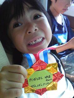 保育園の運動会で。 頑張ったから貰ったもんね~!と先生の手作りのメダルが嬉しくて自慢しちゃった一瞬。(ニックネーム:arigatosunsunさん)