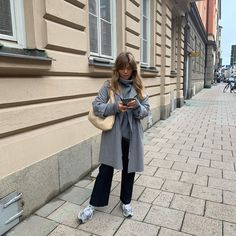 Comfy neutral pieces look chic for relaxed days. Mode Outfits, Casual Outfits, Fashion Outfits, Vogue, Scandi Style, Mode Streetwear, Weekend Outfit, Street Style Looks, Look Chic