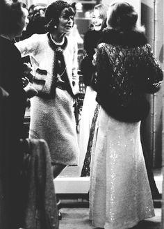 """french-voguettes: """"Si une femme est mal habillée, on remarque sa robe, mais si elle est impeccablement vêtue, c'est elle que l'on remarque."""" Coco Chanel (en photo avec Romy Schneider)"""
