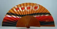Abanico de seda natural pintado a mano. Presentado en un bonito estuche y bolsa de terciopelo para protegerlo durante el uso.