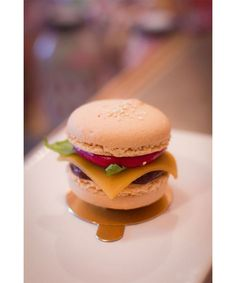 Burger macaron of Chez Bogato - Paris Cute Desserts, Delicious Desserts, Yummy Food, Baking Recipes, Dessert Recipes, Kreative Desserts, Cute Baking, Macaron Cookies, Mini Burgers