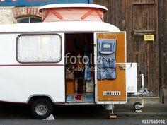 Schöner weißer Wohnwagen der Fünfzigerjahre eines holländischen Touristen bei den Golden Oldies in Wettenberg Krofdorf-Gleiberg bei Gießen in Hessen
