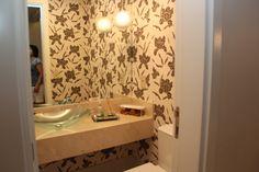 Lavado - bancada em mármore crema marfil, cuba de vidro, papel de parede da Lanailla decoraçoes