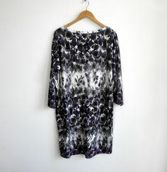 Knielange Kleider - lila und grau Jersey Kleid mit Rosen - ein Designerstück von kapotka bei DaWanda