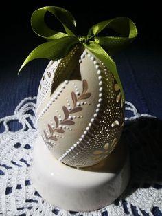 • Munkáim bemutatása - hímes tojás készítés, díszített húsvéti tojás készítés, hímes tojás, csipketojás húsvétra, húsvéti hímes tojás, Bácsi Gabriella hímes tojásai • Egg Decorating, Easter Eggs, Snow Globes, Decoupage, Christmas Bulbs, Holiday Decor, Easter Activities, Christmas Light Bulbs