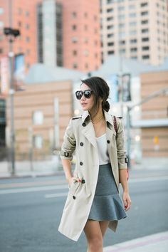 Simple skirt and coat outfit l Outfits Otoño, Dressy Outfits, Fall Outfits, Office Outfits, Work Outfits, Trenchcoat Style, Burberry Trenchcoat, Look Fashion, Autumn Fashion