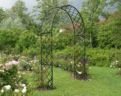 Der Rosenbogen Bagatelle von Classic Garden Elements mit seiner klassichen Form ist auch im Gennacher Rosengarten eine Augenweide
