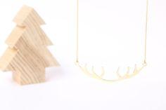 Chapado en Oro de 18ktPrimavera en el bosque, los ciervos mudan sus cornamentas e inspiran el diseño de este colgante de espíritu natural.Cornamenta en forma de arco de 6cm, el largo total del colgante es de 51cm. Cadena fabricada en España, libre de níquel y plomo. © Diseño registrado bajo licencia Copyright