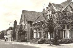 Oude gemeentehuis met gereformeerde kerk en pand van Schuppert (Karkemeier). Bron: Leven in Holten