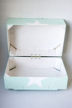Caja con tapa con dos cajas de fresas recicladas Decor Crafts, Wood Crafts, Diy And Crafts, Crafts For Kids, Baby Shower Deco, Baby Deco, Diy For Girls, Wooden Boxes, Decoupage