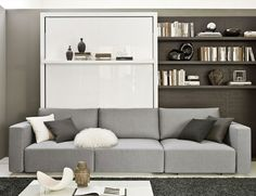 wohnideen klappbett sofa grau schwarzer teppich wandregal