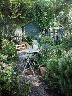 Even a city garden can be given a touch of country feeling. Even a city garden can be given a touch of country feeling. Back Gardens, Small Gardens, Outdoor Gardens, Garden Cottage, Garden Living, Garden Spaces, Dream Garden, Garden Path, Garden Planning