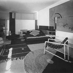 Dans les années 20, Eileen Gray s'intéresse à l'architecture et renouvelle la forme de ses meubles. Leur structure est moderne et faite de tubes d'acier courbés, allusion aux prémices de l'ère industrielle.
