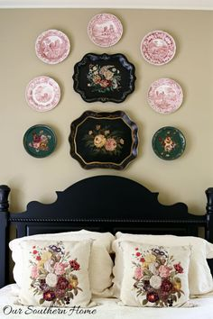A gallery wall is an easy way of displaying all those things that matter the most—family portraits, unforgettable trips, treasured letters. Here, we give you ten pieces of advice that will help you build a perfectly balanced gallery wall Tray Decor, Wall Decor, Farmhouse Side Table, Painted Trays, Plates On Wall, Plate Wall, Hanging Plates, Southern Homes, Beautiful Bedrooms