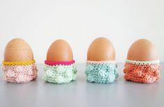 Eierdopjes met nopjes gehaakt door Hip Haakezeltje. Wat een leuke hippe eierdopjes zijn dit in vrolijke kleurtjes.