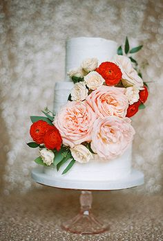 chic wedding cakes with blush roses and red ranunculus for vintage wedding ideas