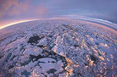 Lodowce i czapy lodowe tracą masę. Ubywa lodu na Grenlandii, wzrasta poziom oceanów – wszystko w niespotykanym dotąd tempie. O tym, skąd naukowcy wiedzą to na pewno, mówi dr hab. Tomasz Boski, oceanograf.