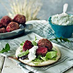 Punajuurifalafelit ovat pirteän värisiä ja valmistuvat nopeasti. Falafelit maistuvat esimerkiksi pitaleipien täytteenä tsatsikin kanssa.