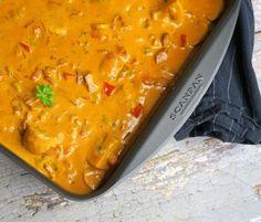 Hakkebøffer i fad med cremet paprika-flødesovs og bacon   Barego'mad Lasagna, Salsa, Bacon, Curry, Food And Drink, Ethnic Recipes, Forslag, Curries, Salsa Music