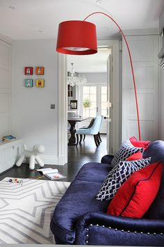 In situ le lampadaire Twiggy de Marc Sadler édité par Foscarini Decor Pad, Light Grey Walls, Gray Walls, Turbulence Deco, Playroom Furniture, House Of Turquoise, Interior Desing, Contemporary Floor Lamps, Red Pillows