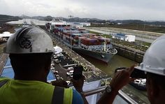 """Jalado por varios remolcadores, el portacontenedores """"Cosco Shipping Panama"""" entró a las nuevas esclusas de Agua Clara alrededor de las 7:30,"""