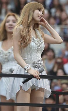 Taeyeon (태연) is a South Korean soloist under SM Entertainment. Taeyeon is currently a member of Girls' Generation (SNSD). Korean Beauty, Asian Beauty, Girl's Generation, Moda Pop, Cute Asian Girls, Stage Outfits, Korean Model, Beautiful Asian Women, Asian Woman