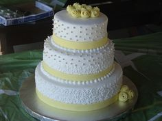 round wedding cake with the right colors - very pretty!