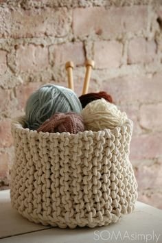 I need to make a knitted basket for my yarn! I would need a basket much bigger than this one though. Yarn Projects, Knitting Projects, Crochet Projects, Knitting Patterns, Crochet Patterns, Knit Basket, How To Purl Knit, Loom Knitting, Knitting Storage