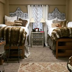 Having a theme for you and your roommate can make shopping a lot easier and set a really good vibe for your dorm. Here are the top coordinating dorm room ideas! College House, College Dorm Rooms, College Life, College Years, Ole Miss Dorm Rooms, Dorm Room Designs, Dorm Design, Girl Dorms, Dorm Life