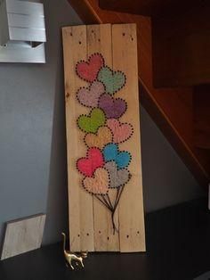 Un joli bouquet de ballons cœur, utilisant la technique du string art ou du fils tendu. Il est réalisé avec des pointes noires et du fil à crochet de différentes couleurs en c - 20716655