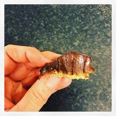 Smak av mycket mörk ekochoklad & kaffe från kahls. Dessutom gjorda på solrosfrön, alltså mandelfri!