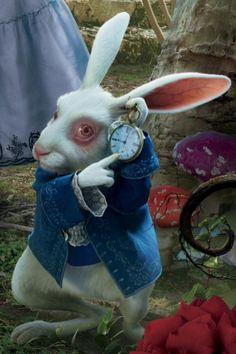 """""""Oh seht, oh seht! Ich komme viel zu spät! Grüß Gott, bis bald, auf Wiedersehen, muss gehen, muss gehen, muss gehen"""", sagt das permanent unter Zeitdruck stehende weiße Kaninchen aus """"Alice im Wunderland"""". Es symbolisiert mit seiner fortwährenden Hektik die Schnelllebigkeit unserer Gesellschaft, der man sich kaum entziehen kann"""