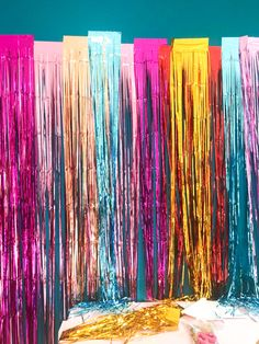 How to make an easy fringe backdrop - A Kailo Chic Life Pool Party Decorations, Diy Birthday Decorations, Backdrop Decorations, Backdrops For Parties, Party Themes, Party Ideas, Streamer Backdrop, Diy Photo Backdrop, Diy Birthday Backdrop