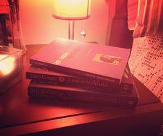 WEBSTA @ sofil88 - Na minha mesa de cabeceira... Sim, ando a ler 3 livros ao mesmo tempo e que não têm nada a ver uns com os outros 😝🤓📚 •#aguerradostronos #georgerrmartin #àprocuradealaska #johngreen #assuaszonaserróneas #drwaynewdyer #read #reading #iloveread #ilovebooks #books #geekgirl #myroom #room #instadecor #decoration #mixofcolorsandpatterns #beyou #beyourself #goodnight #night #beforesleep #candle #vela #nightnight