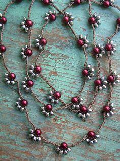 Una collana di perline ultra-lunga punteggiato con grappoli di perle e pietre semipreziose sfaccettate argentee. Indossare a lungo…