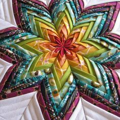 Such a Sew and Sew: Folded Fabric Star: Tote Bag Edition Very nice folded star too! Could make a cushion with same pattern. Quilting Tips, Quilting Tutorials, Quilting Projects, Quilting Designs, Sewing Projects, Craft Projects, Fabric Stars, Quilted Ornaments, Folded Fabric Ornaments